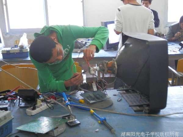 学生自己组装彩色电视机