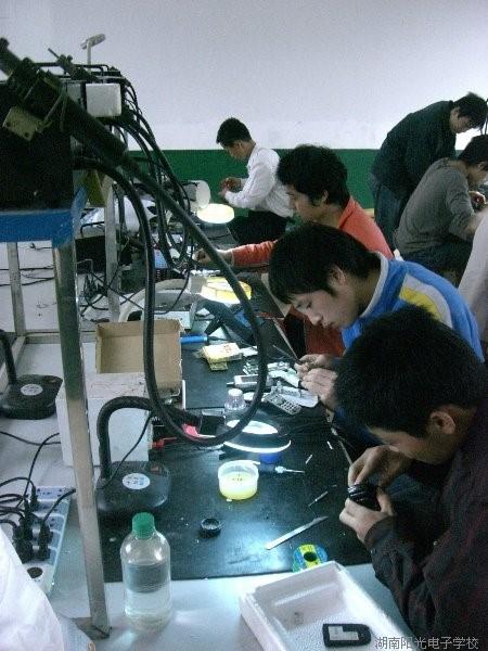 学生每天下午在学校实操室认真操作