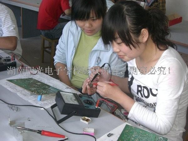"""家电维修学校之""""巾帼不让须眉!""""------- 电子维修技术行业女孩子一样可以大有作为!"""