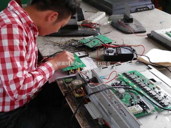 学生在进行液晶电视维修实操